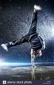 Jeune Homme Fort Break Dance  Sur Le Mur Sombre Arri U00e8re
