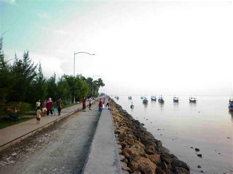 libur lebaran pantai boom tuban diserbu pengunjung