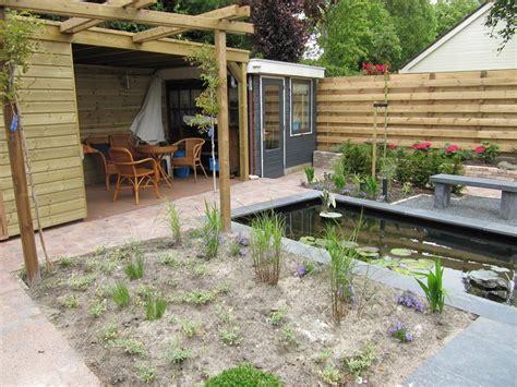 tuin met vijver vlonder en overkapping foto s tuinaanleg en tuinontwerp hoveniersbedrijf d hemmes