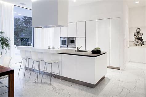 cuisine sol blanc carrelage et sol en marbre comme accent de l int 233 rieur