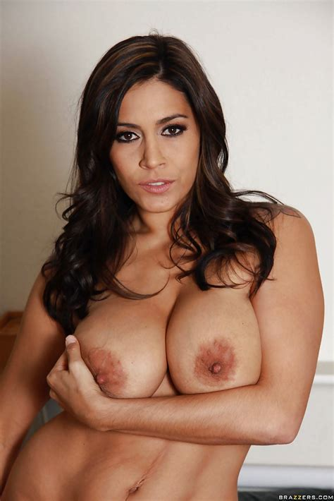 Smiley latina milf Getting Naked And Exposing Her Gorgeous Curves