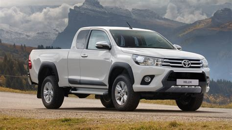 Check out the stunning new light designs and the range of robust wheel designs that further enhance its tough good looks. La gamme du Toyota Hilux s'étoffe avec une nouvelle ...