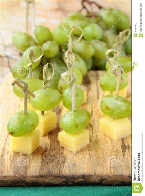 canapé d apéritif fromage de canape d 39 apéritif avec des raisins blancs