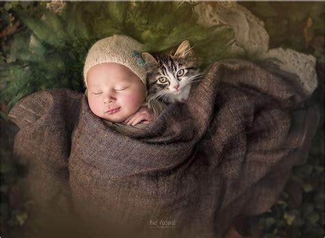 een fotograaf maakt foto s baby s die knuffelen met