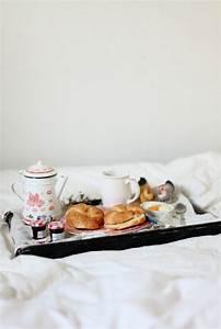 Petit Dejeuner Au Lit : petit d jeuner au lit pour son ch ri croissants on r ve toutes d un petit d jeuner au lit ~ Melissatoandfro.com Idées de Décoration