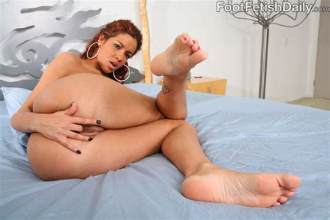 Man Cums On Feet Of Juicy Latina Isis Taylor After