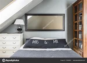 King Size Bett Amerikanisch : spiegel ber kingsize bett stockfoto 174509820 ~ Markanthonyermac.com Haus und Dekorationen