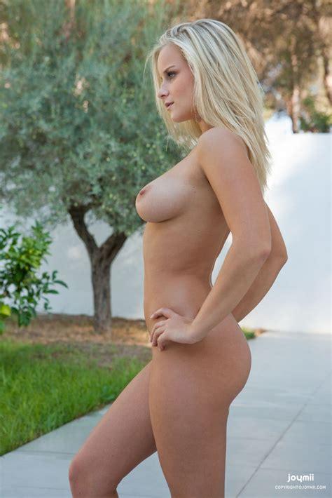 Marry Queen Naked Spreading Her Cunt In The Garden Of
