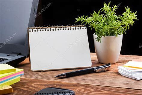 bloc note sur bureau bureau table bureau avec pc papier froissé coupe