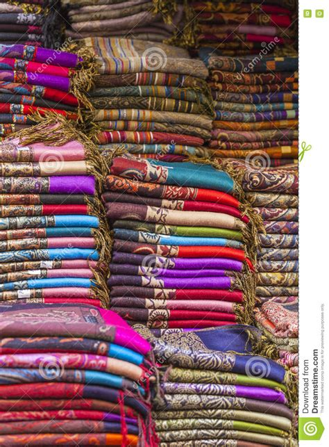 vendere tappeti tessuti variopinti e tappeti da vendere su una via in
