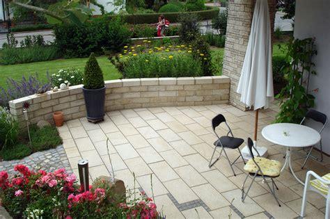 terrasse mit mauer gartenbau der gartenbaumeister meisterbetrieb f 252 r entspannung im gr 252 nen