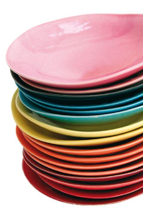 canapé designer assiette salon maison objets pile multicolore objet