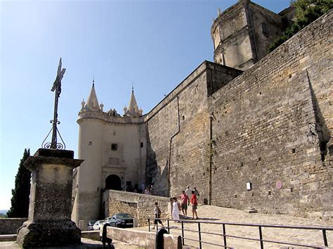 chambre d hote de charme luberon photo entrée du château de grignan