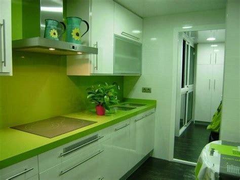 cocina pequena verde  blanca casa web