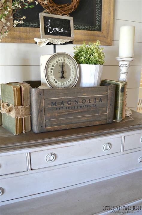Alte Holzkisten Dekorieren by 5 Ways To Style A Wooden Crate Farmhouse Vignette Wooden