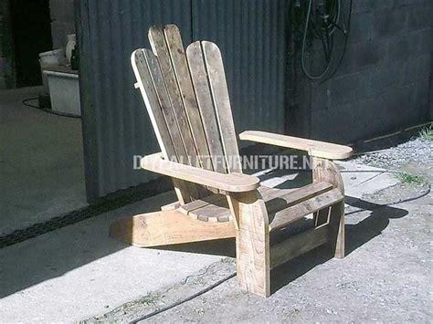 chaise palette chaise adirondack construite avec des planches de palettes