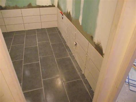 poser du carrelage au sol dans une salle de bain