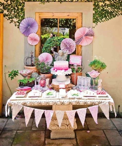 baby geburtstag deko kindergeburtstag buffet organisieren pom pom lila deko girlande wimpelketten geburtstag