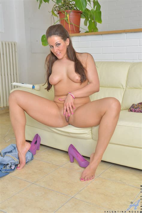 Hot Mom Undressing To Flaunt Natural Big Boobs Shaved