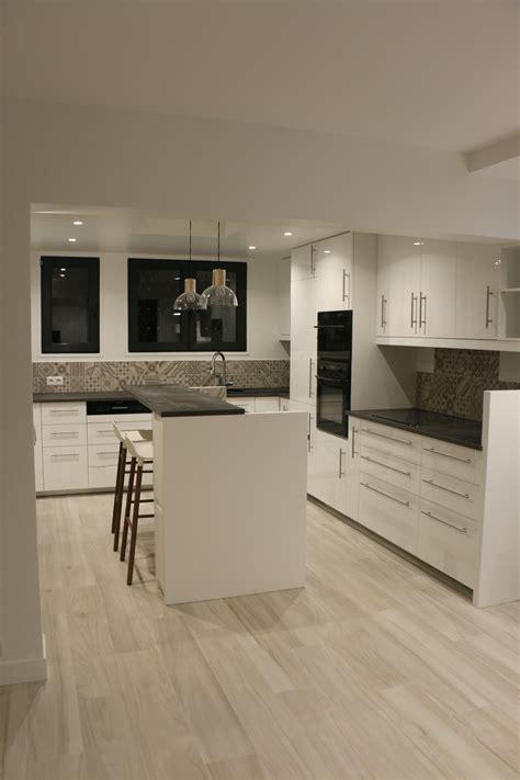 cuisine effet beton cuisine blanche plan de travail gris effet béton sol
