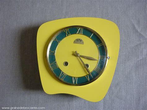 peinture porte de cuisine pendule de cuisine jaune ées 50 en formica