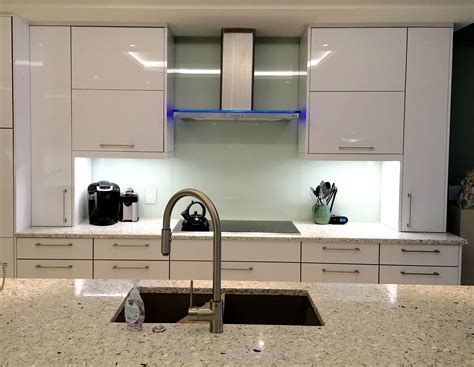 kitchen with glass backsplash mirror or glass backsplash the glass shoppe a division 6511