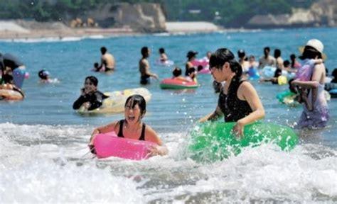 '후쿠시마 원전 인근 해수욕장에서 '물놀이하는 일본