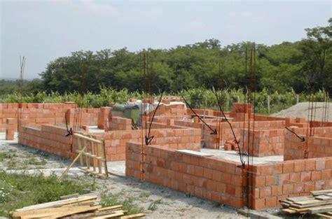 construire un mur en brique monter un mur en brique facilement faire un mur en brique
