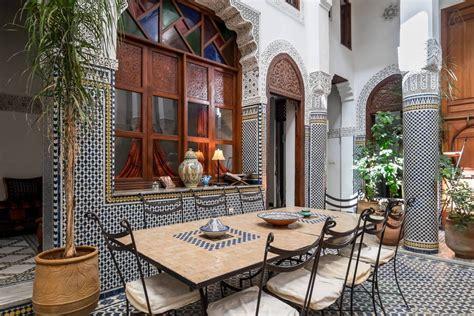 un patio dans un riad traditionnel de fes au maroc avec piscine magnifique