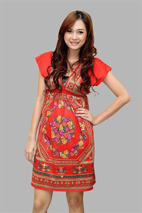 galeri foto aura kasih pakai gaun  tank top merah merah