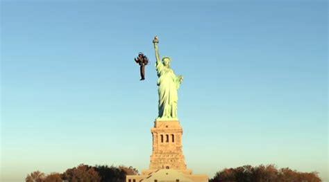petit bureau de travail la vidéo du jour il vole autour de la statue de la