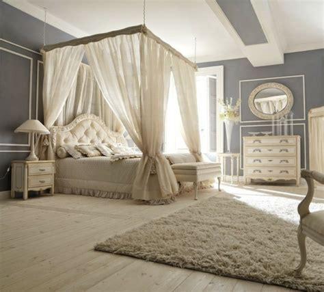 chambre tapisserie lit baldaquin pour une chambre de déco romantique moderne
