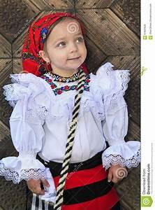 Petit Portant Vetement : petite fille portant les v tements traditionnels roumains photo stock image du europe user ~ Nature-et-papiers.com Idées de Décoration