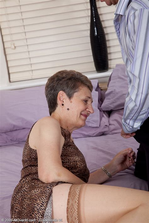 short haired mature granny strips down to her stockings and gets her aged pussy poked
