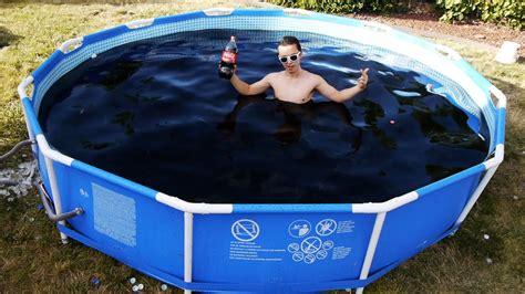si鑒e coca cola riempie la piscina con 6mila litri di coca cola aggiunge le mentos e poi ci si tuffa