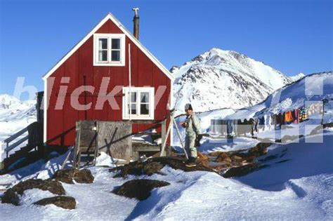 Blickwinkel  Inuit Junge Vor Haus Mit Waesche In Kulusuk