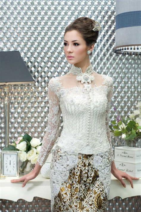kebaya pengantin warna putih kombinasi rok batik kebaya