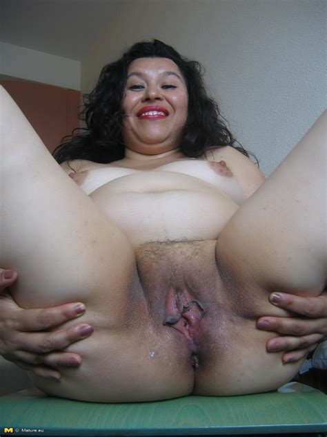 Chubby mature slut loving to play with her toys