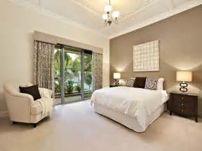 schlafzimmer beige classic bedroom design idea with floorboards doors using beige colours bedroom photo