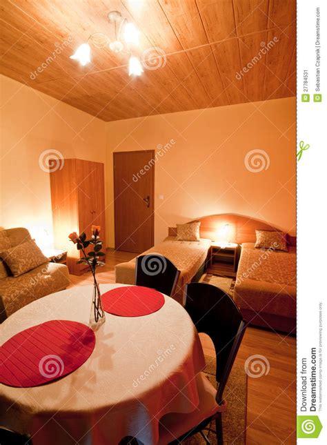 chambre a theme romantique tabe dans la chambre à coucher romantique image stock