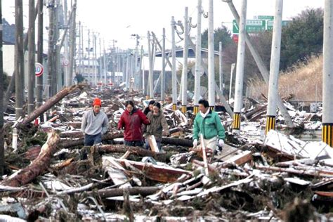 People walk through Tsunami destruction - ABC News ...