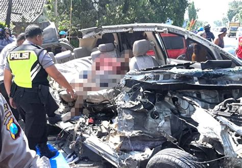 kecelakaan maut nganjuk mobil ringsek tiga remaja tewas