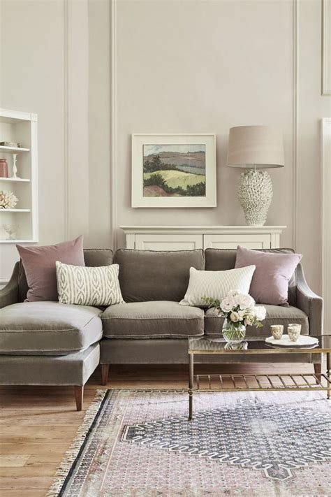 colours that go with brown sofa cushions for brown sofa ways to decorate with a brown sofa
