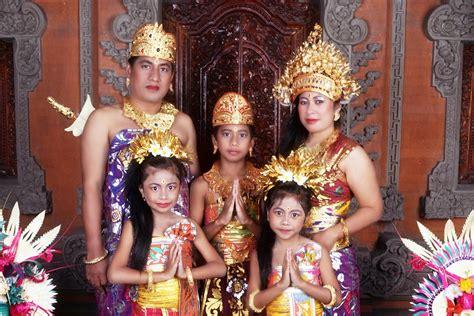 """Angklung merupakan salah satu alat musik tradisional yang multitonal atau bernada ganda. Sky Fly: Bali - """"Tarian Adat, Rumah Adat, Pakaian Adat ..."""