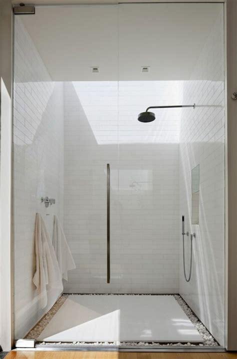 une salle de bain sous pente ou sous combles en