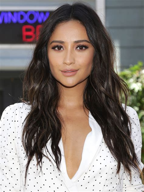 shay mitchell celebrates reuniting  pretty  liars creator   tv project peoplecom