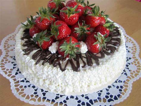 torten verzieren mit spritzbeutel biskuit torte mit erdbeeren mit eigenen h 228 nden