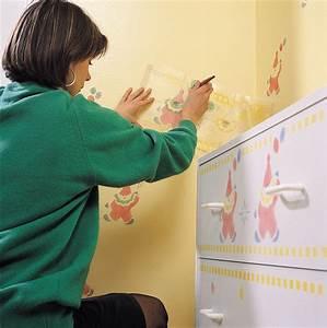 une decoration au pochoir sur un meuble en bois astuces With peinture au pochoir sur bois