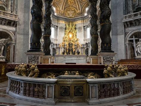 caratterizzano il baldacchino di bernini in san pietro san pietro e le basiliche papali di roma 3d al cinema con