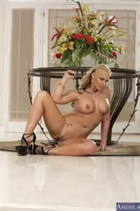 Phoenix Marie Is Posing Naked MILF Fox